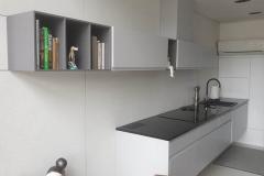Płyty-betonowe-kuchnia-beton-pomiedzy-szafki-pmdesign-3a
